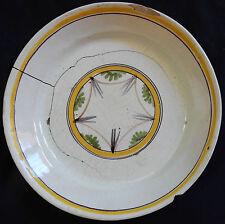 A62) Assiette ancienne en faïence (décor géométrique)