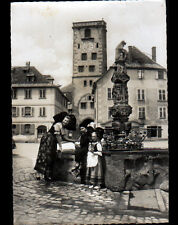 RIBEAUVILLE (68) ALSACIENNE à la FONTAINE aux VINS & TOUR DES BOUCHERS en 1958