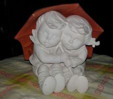 Schrühware aus Keramik  Mädchen und Junge Kinderpaar unterm Schirm sitzend