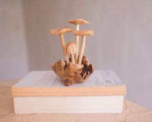 Handgeschnitzte kleine Pilzskulptur