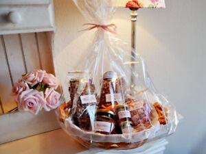 Geschenkkorb / Präsentkorb mit Rosen - Delikatessen befüllt - im Rosenkörbchen -