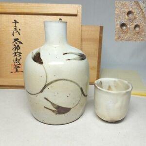 D1715: Japanese SAKE bottle and cup of KARATSU pottery by famous Taroemon w/box