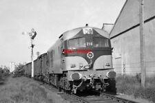 PHOTO  CIE 201 CLASS NO. 210 (METROPOLITAN VICKERS 1957)  FREIGHT TRAIN LEAVING