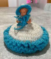 Vintage Zelluloid Puppe mit Häkelkleid & Kopfbedeckung Blau & Weiß 12cm