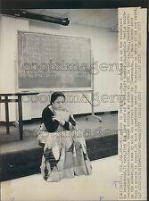 1977 Press Photo Mathematician Shakuntala Devi by Chalkboard SMU