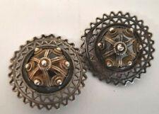 Lot 2 boutons ouvragés découpés en métal