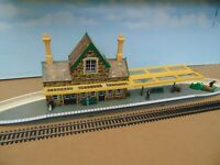 Hornby ~ R502 Brown Stone Booking Hall & Listed Items ~ OO Gauge  REF1046