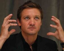 Jeremy Renner UNSIGNED photo - G1127 - American actor and singer