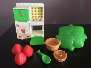 pies bake shop Vintage Strawberry Shortcake Berry Bake Shoppe case and accessories 1980 80s toys