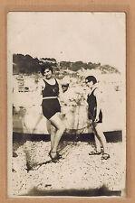 Carte Photo vintage card RPPC femmes maillot de bain filet de pêche ph0381