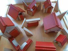 Interessante Naturholz Bausteine  mit roten Steckdächern von Wehrfritz Bauklötze
