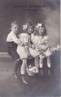 uralte AK Geburtstagkarte 3 Kinder auf einer Mauer sitzend Blumenkörbe 1912//29