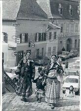 1993 Press Photo Gypsy Women & Child Sibiu Transylvania Romania