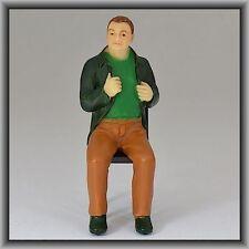 Dingler Handbemalte Figur Polyresin - Spur I - Mann sitzend, grüne Jacke