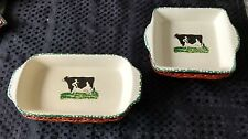 2 SMALL CERAMIC DISHES IN WOOD BASKETS DECORATED WITH A COW