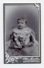CDV Foto kleines kind baby mit spielzeug figur pferd Otto Martin Dresden Löbtau