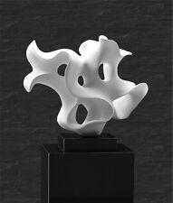 Abstrakte Skulptur in Lack Weiß auf kleinen Marmorsockel. Marmor Säule ab 299€