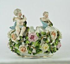 Coupe aux angelots et fleurs en relief - Porcelaine allemande XIXe siècle