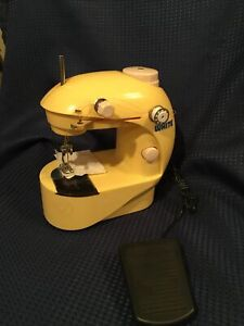 VINTAGE WHITE TOY SEWING MACHINE Battery run - not working, for parts or display