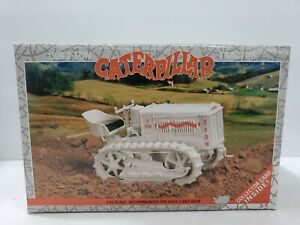 Caterpillar 1926 2-Ton Tractor with collector card 1:16 scale #2438 NTTC Show 93