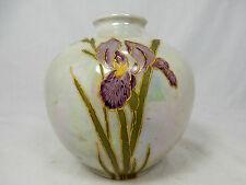 Schöne , leicht irisierende LICHTE Porzellan Jugendstil Vase Schwertlilien 12 cm