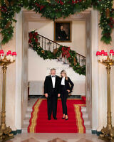 PRESIDENT DONALD TRUMP & MELANIA 2020 CHRISTMAS PORTRAIT - 8X10 PHOTO (RT011)