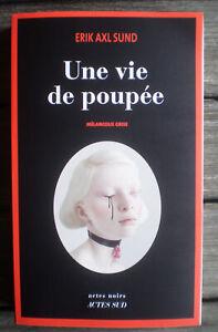 Livre Roman Broché * UNE VIE DE POUPÉE * de ERIK AXL SUND !!