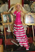 "Barbie relookée ""Robe panthone 219B"" +socle Mattel offert"