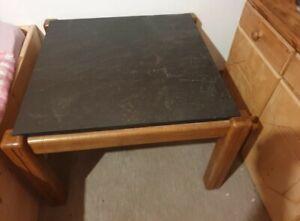Tisch mit Schieferplatte