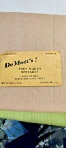 OLD LURE EXTRA VINTAGE DEMOOT'S! FISH MOUTH SPREADER, IN ORIGINAL PACKAGE.