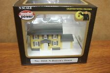 MODEL POWER N SCALE BENSON'S HOUSE BUILT-UP BUILDING LIGHTED with 2 FIGURES