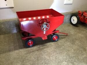 Custom Vintage Ertl gravity box Farmall  International wagon trailer Extra Nice.