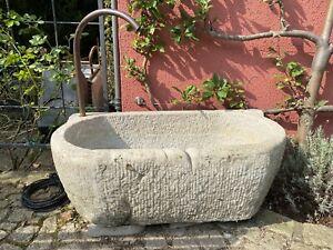 Steintrog aus Naturstein zum Springbrunnen umgebaut