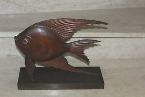 grande sculpture en bois représentant un poisson