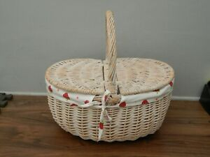 wicker picnic basket with fabric lining