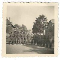 Foto, Soldatengruppe in Uniform, Aufstellung, Gebäude