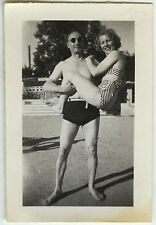 PHOTO ANCIENNE - COUPLE DRÔLE GYM FORCE FEMME SEXY MAILLOT BAIN-Vintage Snapshot