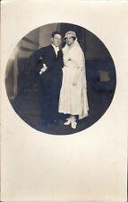 Photo carte circulée mariage femme en blanc homme en noir gants