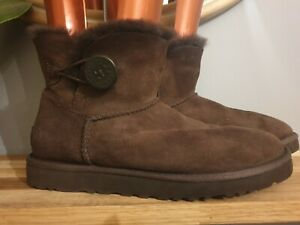SNUGGLY LADIES UGG BAILEY BUTTON IN RICH CHOCOLATE SIZE UK 6.5.