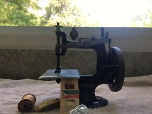 1900's SINGER Antique Singer Model 20 Sewhandy Child's Toy Sewing Machine