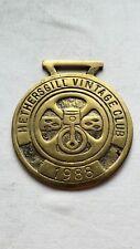 1988 HETHERSGILL VINTAGE CLUB BRASS RALLY PLAQUE, 8.1 CM DIAMETER.