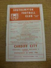 20/04/1966 Southampton V Cardiff City (variazioni della squadra, lievi pieghe/Pieghevole).