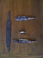 lot 4 objets en fer et bronze couteau pointe de flèche et deux pointe de lance
