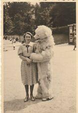 Foto Hübsche Frau mit Eisbär vermenschlicht Polarbär 40/50er Jahre