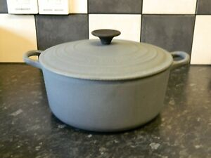 le creuset large cast iron  casserole dish and lid in granite grey  size 24
