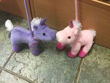 Un Paio Rosa & Viola UNICORNO giocattolo morbido peluche su un' aspra portare ad adottare per Walkies