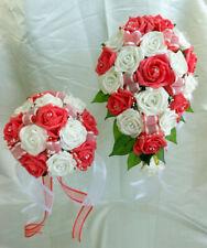 Fiori, petali e ghirlande bianchi rosa per il matrimonio