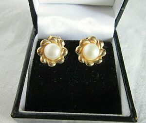 Stylish vintage 9ct gold cultured pearl clip on earrings