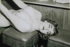 Erotik Akt Foto - Reproduktion - Motiv 50er Jahre Frau liegend auf Barhocker 174