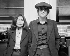JOHN LENNON AND YOKO ONO ARRIVE AT LONDON AIRPORT IN 1971 - 8X10 PHOTO (AB-714)